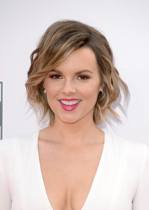 ali fedotowsky short wavy hairstyle with bangs